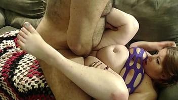 У разработанную ладонью трахаля анальную дырку шлюхи брюнетки вступил его фаллос