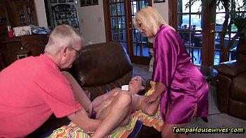 Любовник натирает грудастой мамаше спинку в большой ванной комнате