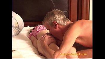 Парнишка застает подружку своей куколки за мастурбацией попочки