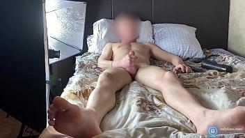 Молодая брюнетка мастурбирует свои мохнатки огурцами и достает жаркий секс