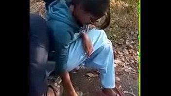Телка ловит женский сквирт оргазм сквирт когда мужская рука в вульве совершает активные движения