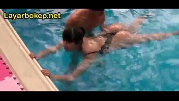 Паренек в нейлоновых чулках вертит перед камерой тугой жопкой и мастурбирует член