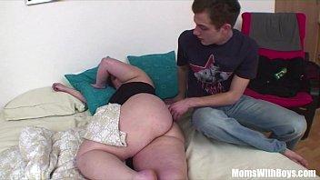 Худая блондинка принимает в шикарную вагину толстый хуй парня