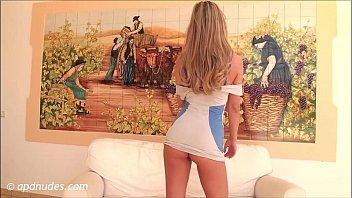 Зрелая блондинка в красной майке поступила на кастинг и позволила отжарить саму себя в очко на кровати