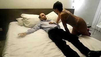 Две стройненькие негритяночки онанируют член бойфренда на кровати