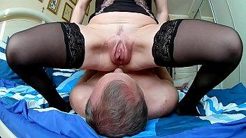 Муж имеет очкастую жену в темных нейлоне в горячее анальное отверстие