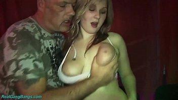 Шлюха-блондинка развела ноги и подставила жопу для анального траха
